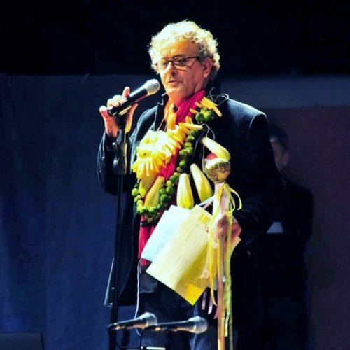 Le Maître des cérémonies : Hervé décoré des symboles de la Belgique présente les premiers chanteurs provençaux.