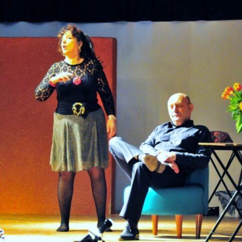 """Sur le thème des petites querelles conjugales, un premier sketch """"Dispute"""", avec Chritiane et Bruno.  (Au miroir, Julien.)    Auteur : Julio ; mise en scène : Alain R."""